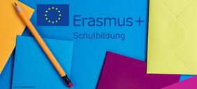 Schriftzug Erasmus+ Schulbildung auf buntem Papier mit Bleistift