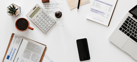 Schreibtisch mit Utensilien