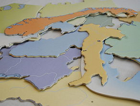 Verschiedene Staaten Europas als Puzzleteile neben- und übereinander liegend
