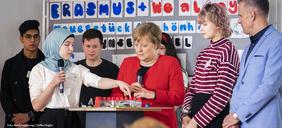 Bundeskanzlerin Angela Merkel mit Schülern