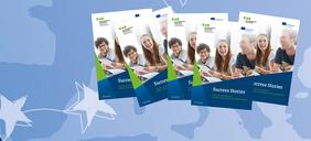 Mehrere Broschürentitelseiten aufgereiht vor blauem Hintergrund mit EU-Sternen