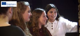 Vier Schülerinnen zeigen im Museum auf eine Präsentation