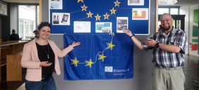 Zwei Personen vor Europaflagge
